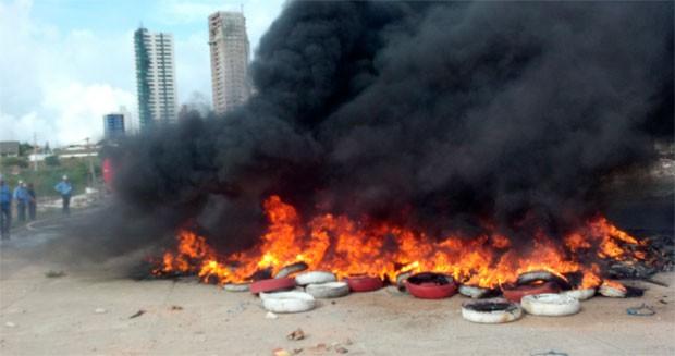 Pneus queimados lançaram coluna de fumaça negra no céu da zona Sul da cidade (Foto: Tatiana Cavalcante/G1)