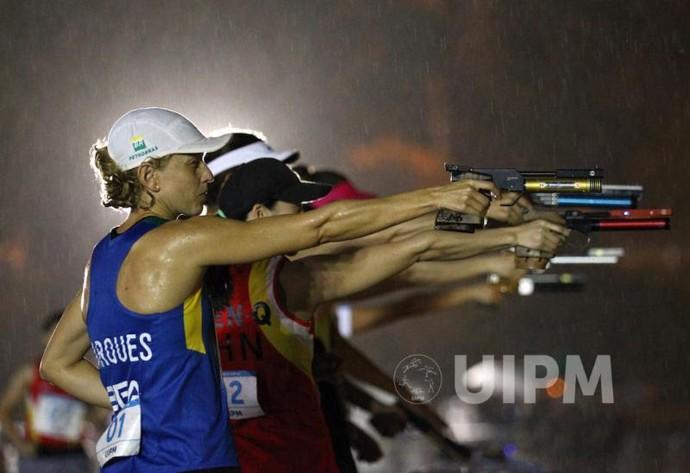Yane Marques na rova de tiro na Copa do Mundo de Pentatlo (Foto: Divulgação/UIPM)