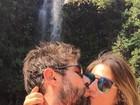 Sandro Pedroso dá beijinho em Jéssica Costa e se declara