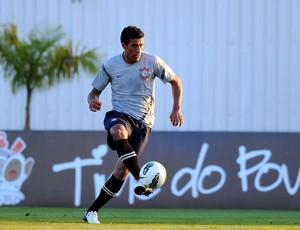 Paulinho treino Corinthians (Foto: Marcos Ribolli / Globoesporte.com)