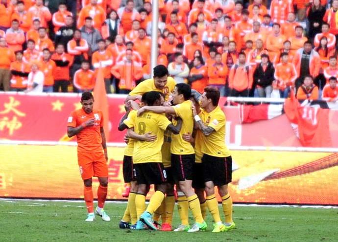 Comemoração do Guangzhou contra o Shandong Luneng (Foto: Reprodução / Facebook Oficial)