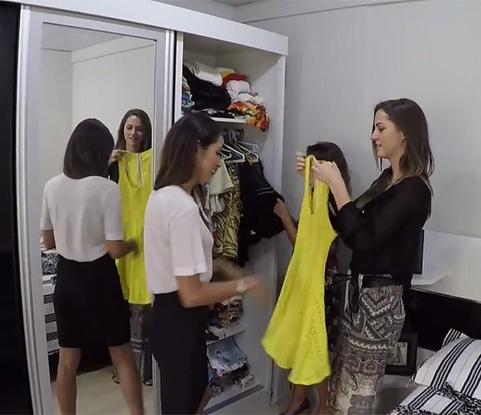 Flávia Piña mostra peças do armário de Ana Gabriela para Patrícia Poeta (Foto: É de Casa / Gshow)