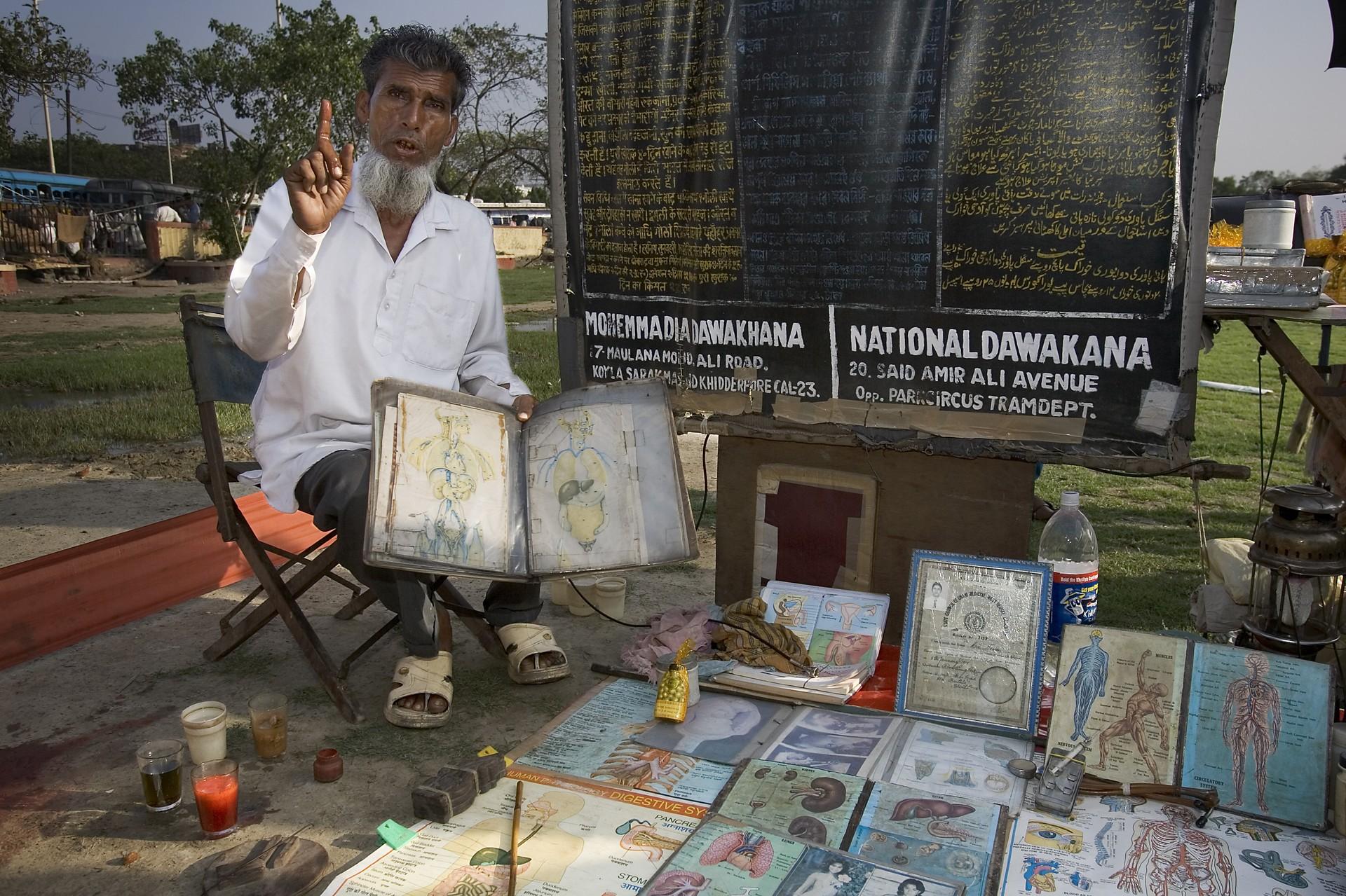 Emigração de jovens ameaça tradição da medicina indiana