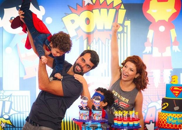 Bárbara Borges com o marido, Pedro Delfino, o filho Martin e o enteado, João (Foto: Foto: Brunno Carone/ Mukua Kids/ Divulgação)
