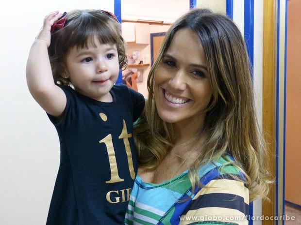 Fernanda Pontes levou a filha Malu para conhecer os bastidores de Flor do Caribe (Foto: Flor do Caribe / TV Globo)