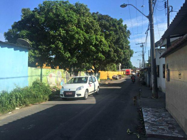 Veículo do taxista ainda estava no local do crime na manhã desta segunda-feira (3) (Foto: Luís Henrique Oliveira G1/AM)