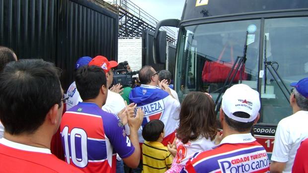 Torcedores do Fortaleza recebem jogadores antes do jogo contra o Oeste, pela Série C (Foto: Alan Schneider/Globoesporte.com)