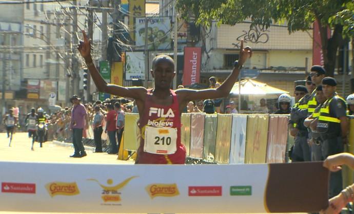 Momento da chegada do queniano Edwin Kipsang Rotich, vencedor da 26ª Dez Milhas Garoto (Foto: Reprodução/TV Gazeta)