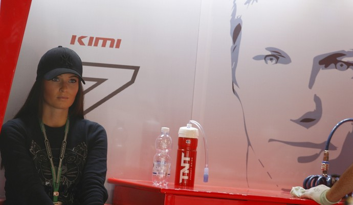 Minttu Virtanen, namorada de Kimi Raikkonen, nos boxes da Ferrari, em Monza, palco do GP da Itália (Foto: AP)