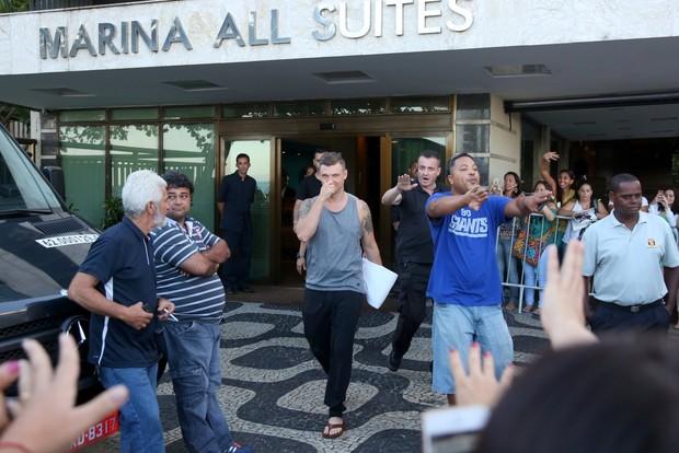 Nick Carter do Back Street Boys vai a praia e faz a festas das fãs (Foto: André Freitas / AgNews)