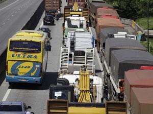 Cônego Domênico Rangoni tem trânsito ruim em direção ao litoral de SP (Foto: Nelson Antoine/FotoArena/Estadão Conteúdo)