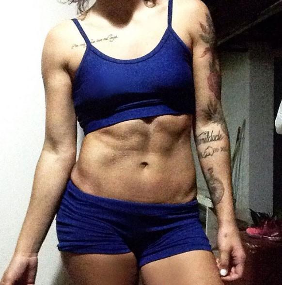 Petra Mattar exibe barriga trincada e comemora: 'Hoje estou com 56kg' (Foto: Instagram / Reprodução)