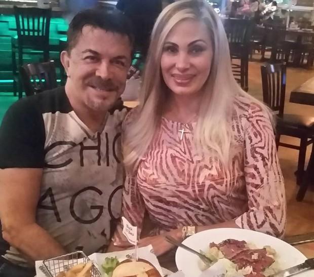 Ângela Bismarchi com o marido nos Estados Unidos (Foto: Reprodução/Instagram)