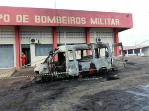 Vários veículos do Corpo de Bombeiros em Pau dos Ferros foram incendiados durante a madrugada (Foto: Heráclito Daniel)