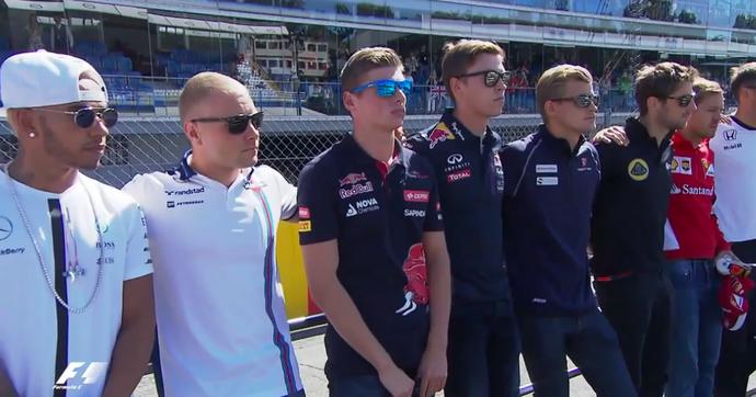 Lewis Hamilton durante o minuto de silêncio para Justin Wilson, antes do GP da Itália (Foto: Reprodução / Twitter)