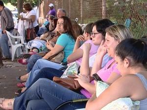 Pais estão na fila na calçada da escola (Foto: Reprodução / TV TEM)