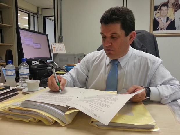 O juiz Edilson Enedino Chagas, que foi flanelinha e vendedor de bananas na infância (Foto: Raquel Morais/G1)