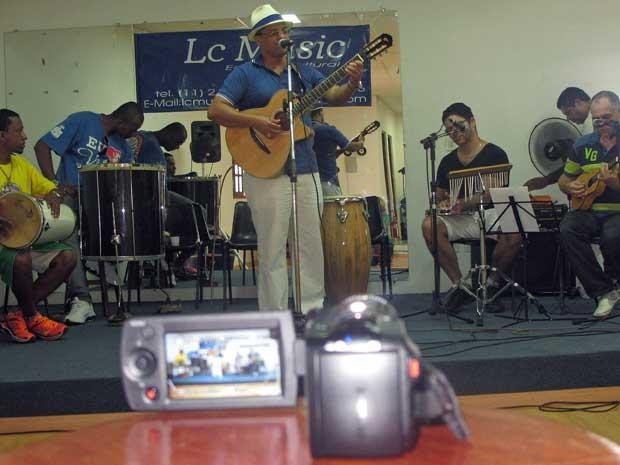 Sambista reúne amigos em feriado e grava vídeo para competir na SP Exposamba (Foto: Elaine Almeida / G1)