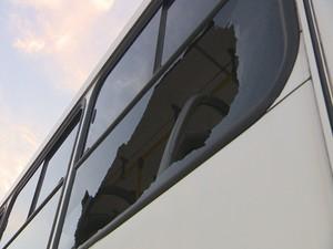 Ônibus foi depredado em Porto Alegre (Foto: Reprodução/RBS TV)