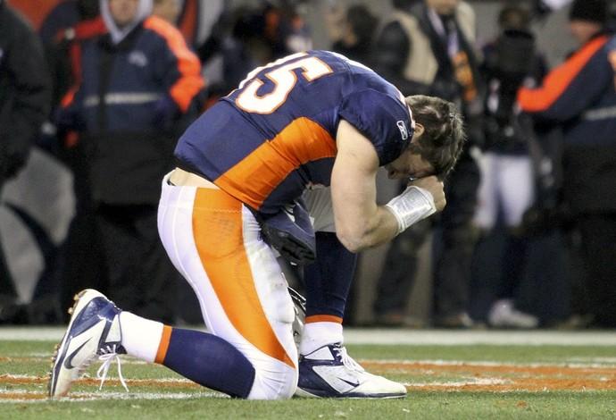 Tim Tebow, do Denver Broncos, reza, NFL (Foto: Reuters)