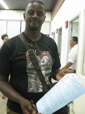 O servidor público Reinaldo Augusto fez uma petição inicial por uma cobrança que considera indevida no seu telefone fixo. (Foto: Simone Cunha/G1)