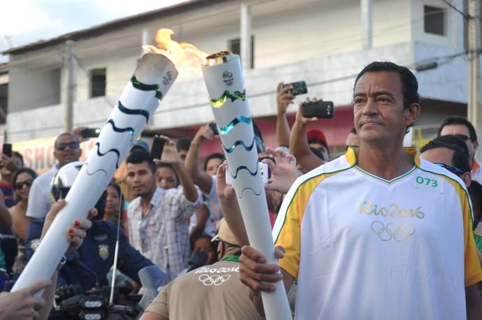 Ex-jogador de handebol da seleção brasileira, Ivan Petrolina recebe a Tocha Olímpica no revezamento (Foto: Emerson Rocha)