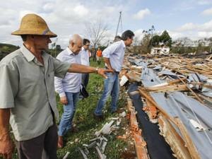 Governador do Paraná visitou famílias atingidas pelo tornado em Francisco Beltrão (Foto: Governo do Paraná/ Divulgação)