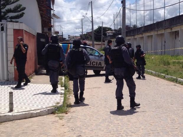 Esquadrão Antibombas da PM se prepara para desarmar bombas no presídio Frei Damião de Bozzanno, no Recife (Foto: Mônica Silveira/TV Globo)