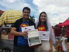 Por casamento, namorados vendem água em desfile de Carnaval no DF