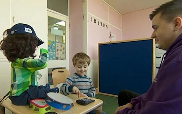 Robô Kaspar usa frases repetitivas e ajuda crianças com autismo (Foto: BBC)