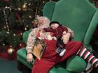 Foto de Papai Noel e bebê adormecidos em shopping vira hit