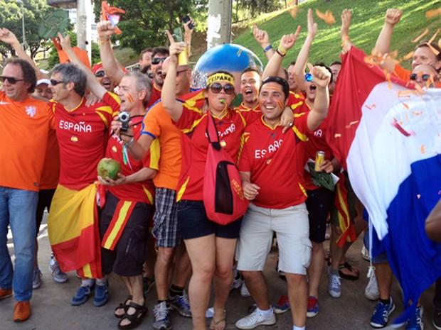 Torcedores espanhóis e holandeses cantam e dançam juntos antes de jogo em Salvador (Foto: Ruan Melo/G1)