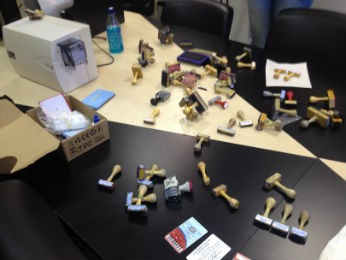 Policiais do Gaeco apreenderam carimbos de várias instituições, máquinas e documentos (Foto: Vanessa Navarro/RPCTV)