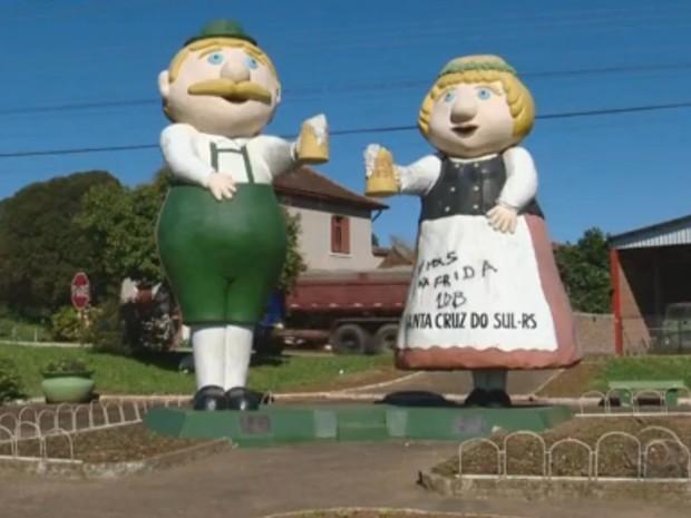 Vestido de Frida, em Santa Cruz do Sul, foi pichado (Foto: Reprodução/RBS TV)