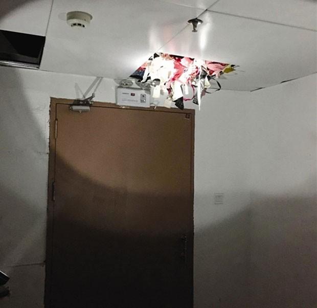 ladrão escondia as peças roubadas em um falso teto das escadas de seu prédio (Foto: Reprodução/Weibo)