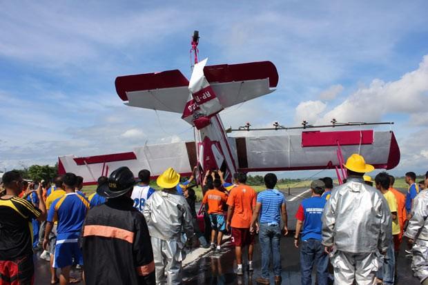 Avião de pequeno porte logo após acidente nesta sexta-feira (24) em Davao, nas Filipinas (Foto: Bom Dy/AP)