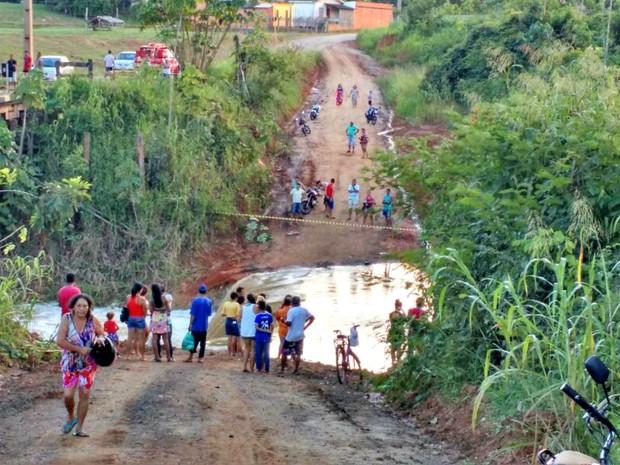 Enxurrada teria inundado acesso utilizado pelos moradores da Comunidade Panorama (Foto: Naira Maria Souza/Arquivo pessoal)
