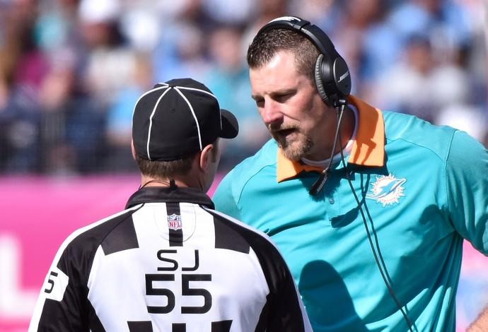 Técnico interino dos Dolphins, Dan Campbell conversa com o árbitro Alex Kemp (Foto: Frederick Breedon/Getty Images)