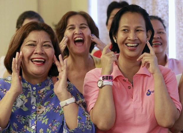 Pacientes com câncer sorriem durante sessão de ioga do riso em Manila, nas Filipinas  (Foto: Reuters/Romeo Ranoco)