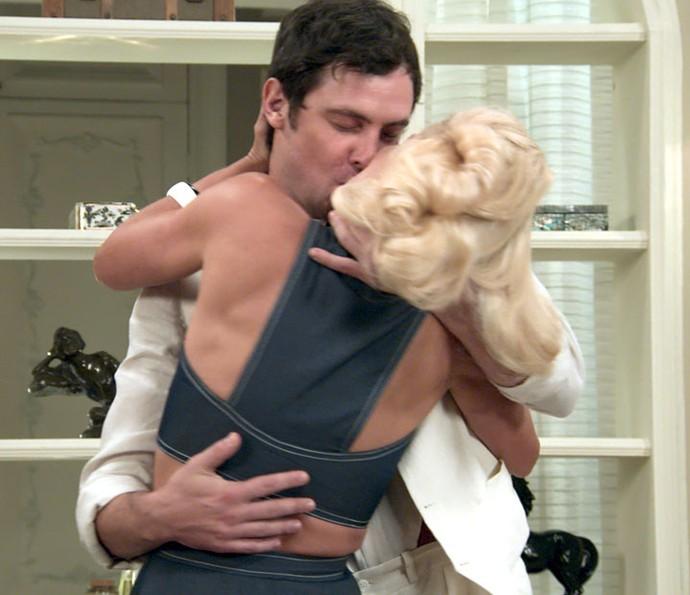Candinho beija Sandra com o objetivo de esquecer Filomena (Foto: TV Globo)