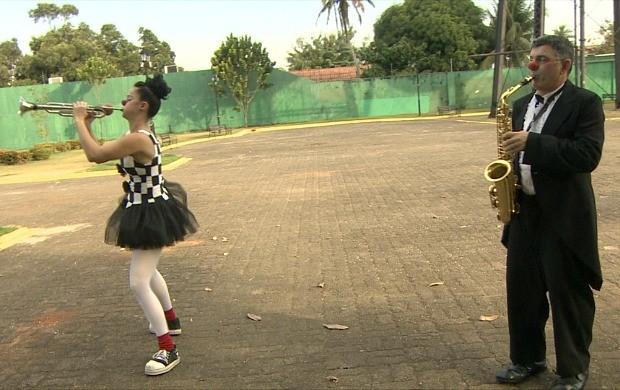 Dupla de palhaços da Trupe Koskowisck se apresenta na 14ª edição do Festcine Amazônia itinerante (Foto: Rondônia TV)