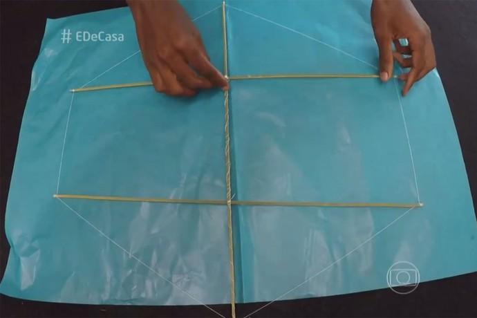Veja o passo a passo de como fazer uma pipa (Foto: TV Globo)