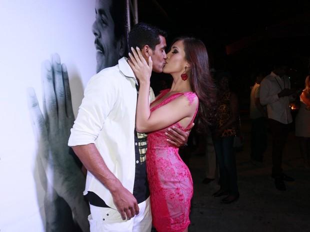 Marcello Melo Jr. e a namorada, Caroline Alves, em boate na Zona Sul do Rio (Foto: Isac Luz/ EGO)