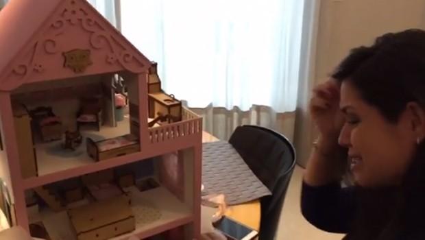 Thais Fersoza se emociona ao abrir presente para Melinda (Foto: Reprodução/Instagram)