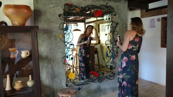 Camille Reis ajusta o look antes do programa (Foto: RBS TV/Divulgação )