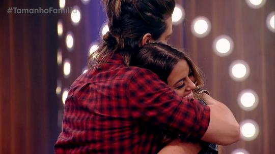 Irmã de Camila Queiroz simula primeiro abraço dado em Luan Santana