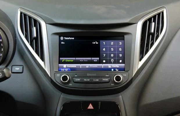 Teste de Central Multimídia Hyundai HB20: emparelhamento com telefone (Foto: Alexandre Zanardo/ Autoesporte)