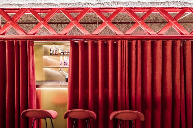 Restaurante em Barcelona brinca com opostos na decoração (Foto: Adria Goula/Divulgação)