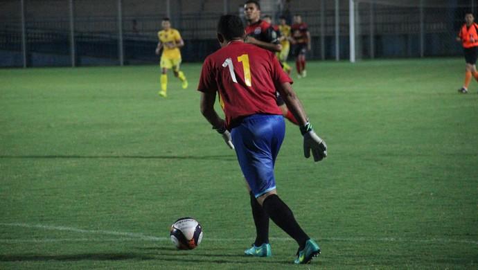 Joiner fazendo a função de goleiro (Foto: Marcos Dantas)