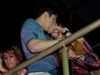 Luan Santana beija morena em inauguração de casa de shows